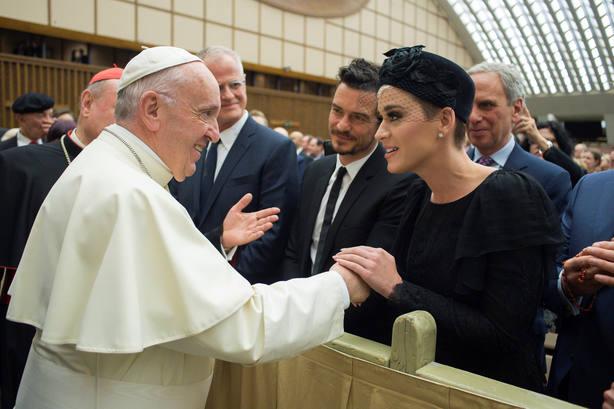 El papa Francisco saluda a Katy Perry durante el foro Unidos para curar: una iniciativa para una salud global