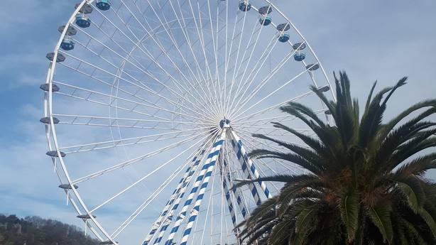 La gran noria de 50 metros ya luce en San Sebastian