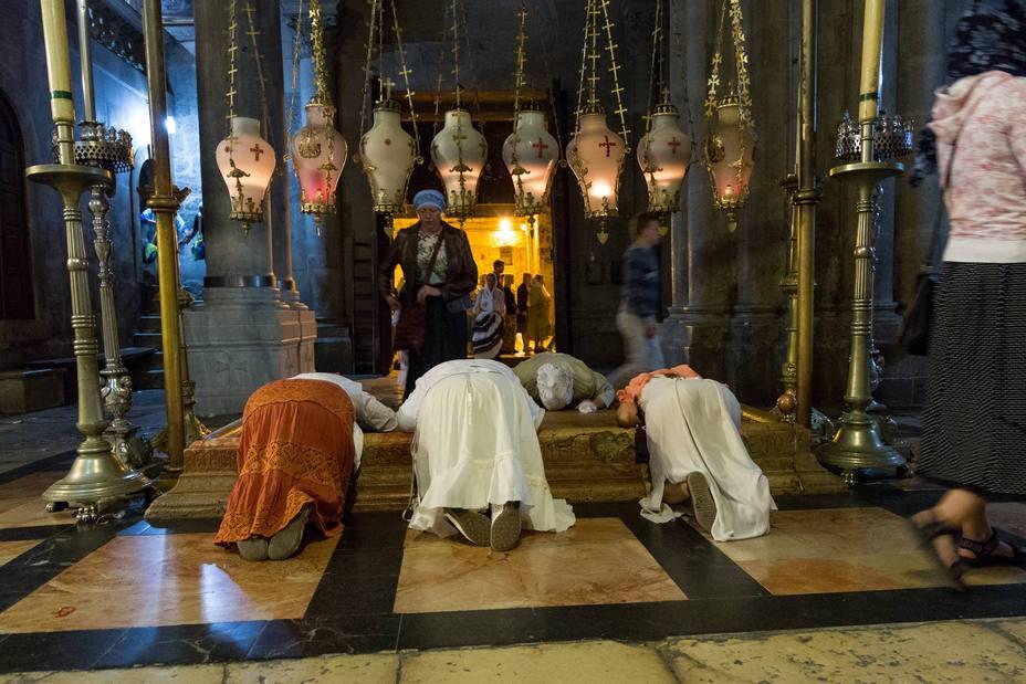 Peregrinos ortodoxos llegan por la noche para participar en la misa ortodoxa en la iglesia del Santo Sepulcro