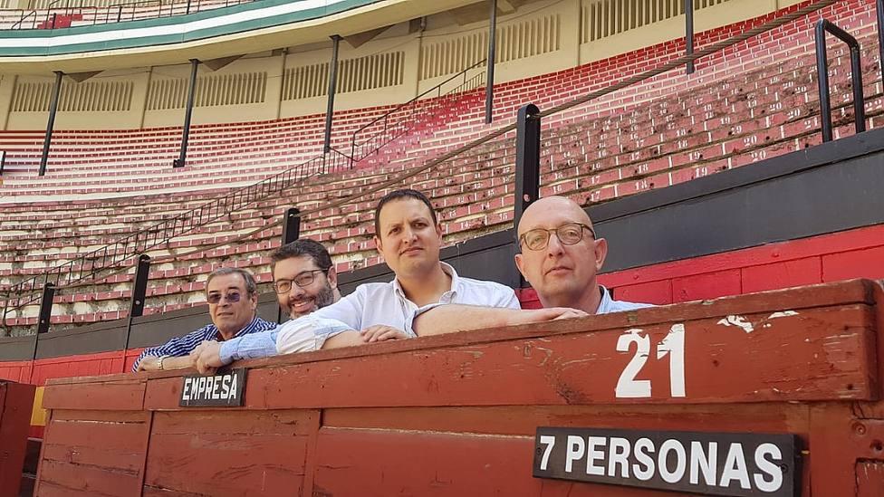 Alberto García junto al gerente Juan Espinosa y representantes de la propiedad de la plaza de toros de Jaén
