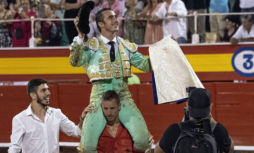 El Fandi en su salida a hombros en la corrida nocturna celebrada en Palma de Mallorca