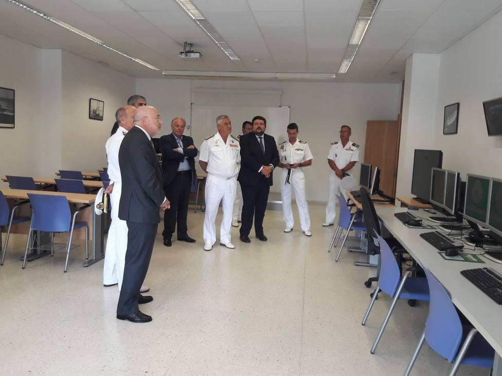 El delegado del Gobierno en Galicia, Javier Losada, en primer término, durante la visita - FOTO: D. G.