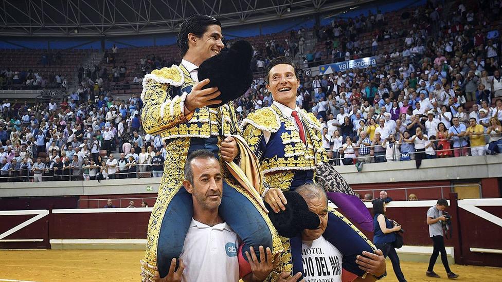 Pablo Aguado y Diego Urdiales en su salida a hombros este martes en el coso de La Ribera
