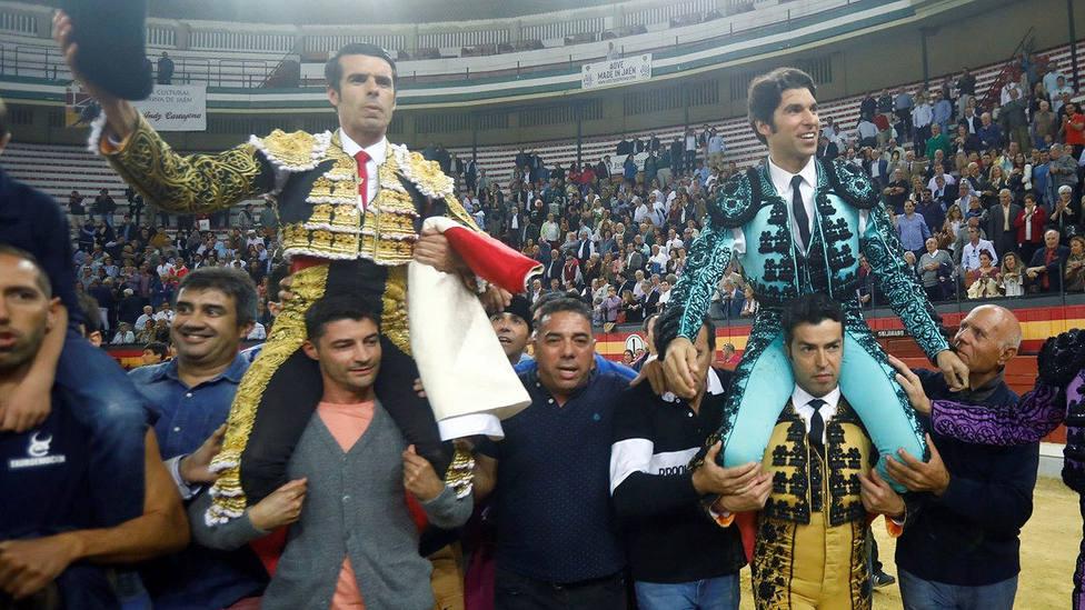 Emilio de Justo y Cayetano en su salida a hombros este sábado en Jaén