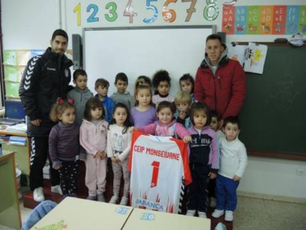 Niños y padres pintarán un colegio de Vilalba para evitar la desaparición del centro