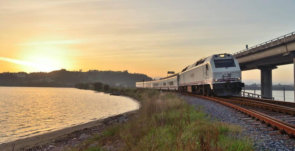 Tren de Renfe a su paso por la ría de Ferrol - FOTO: Alejandro Martínez