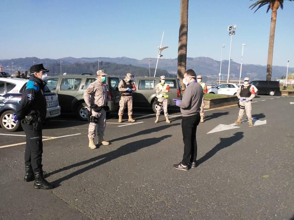 El alcalde de Ortigueira con efectivos de la Policía Naval - FOTO: Tráfico Ferrolterra