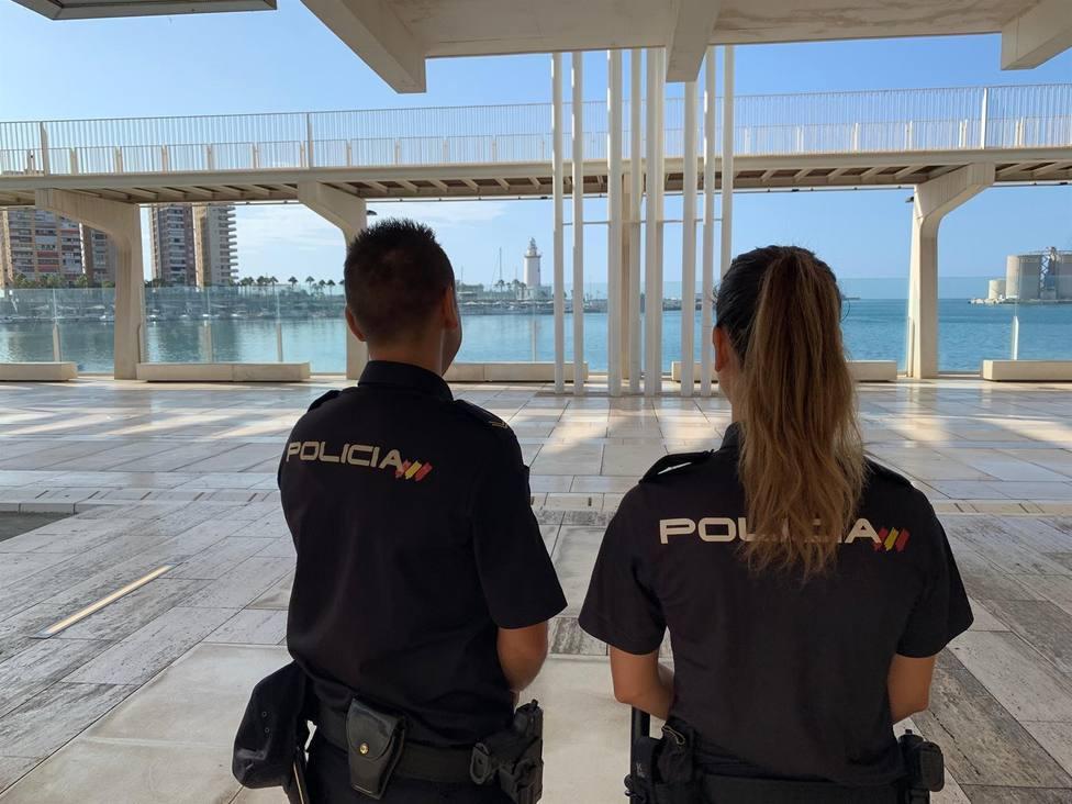 Imagen de dos agentes de Policía Nacional en el Muelle Uno de Málaga.
