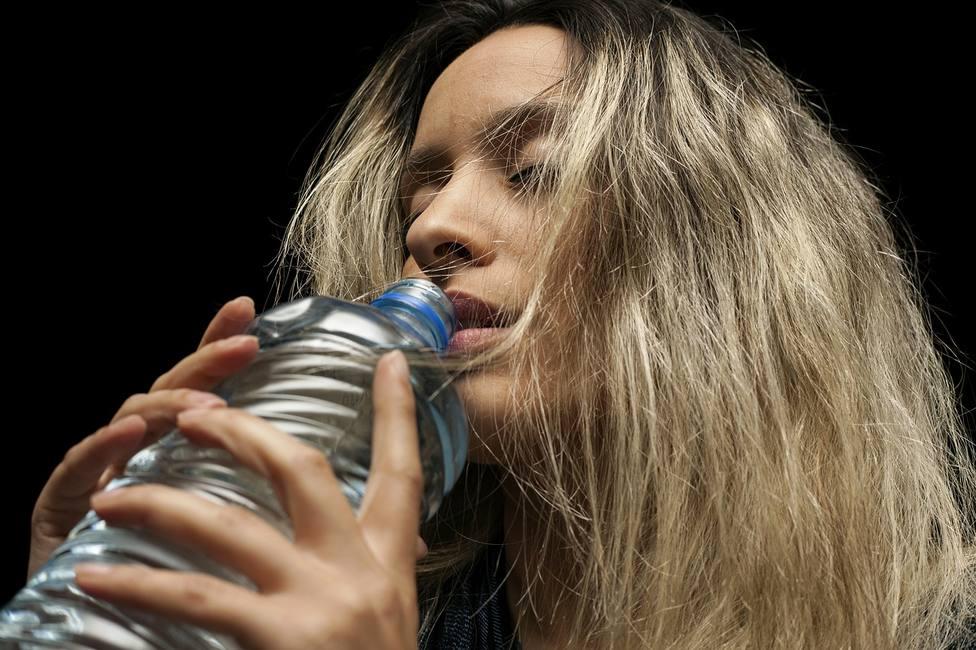 Hay beber entre 1,8 litros y 2 litros de agua al día, sobrepasar el límite nos puede ocasionar hiponatremia