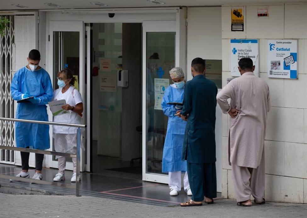 Varias personas esperan para entrar en el Centro de Atención Primaria de La Florida de LHospitalet