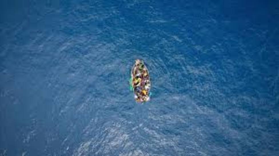 Rescatan a 49 ocupantes de una patera que se dirigía a Canarias