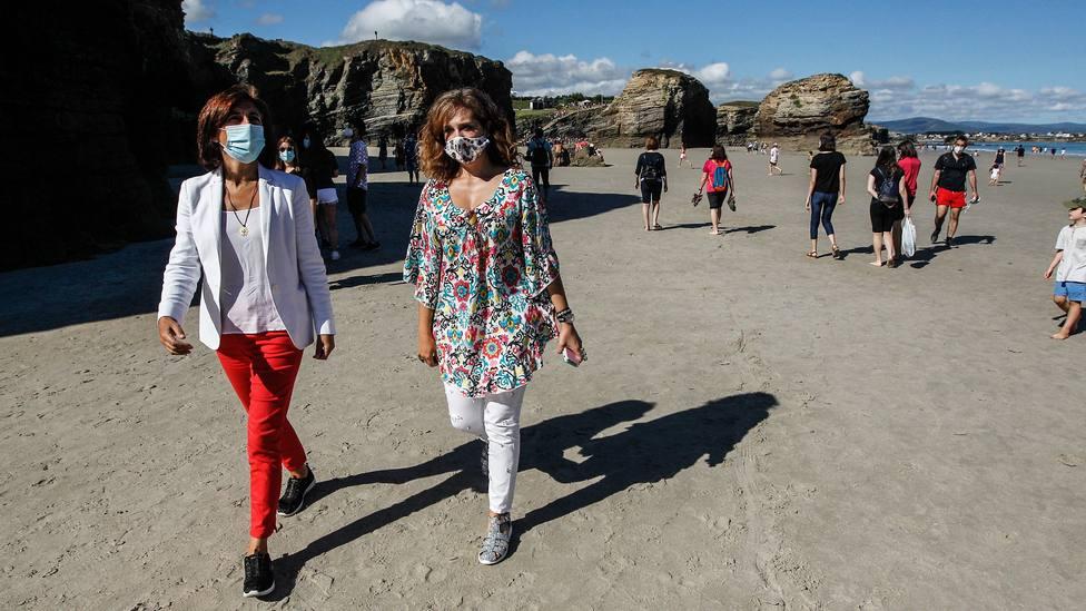 La conselleira de Medio Ambiente, Territorio e Vivenda, Ángeles Vázquez, visita la playa de As Catedrais