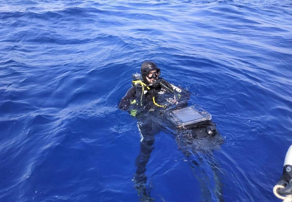 El equipo operativo de buceo de la Armada se entrena con el reconocimiento de un pecio desconocido