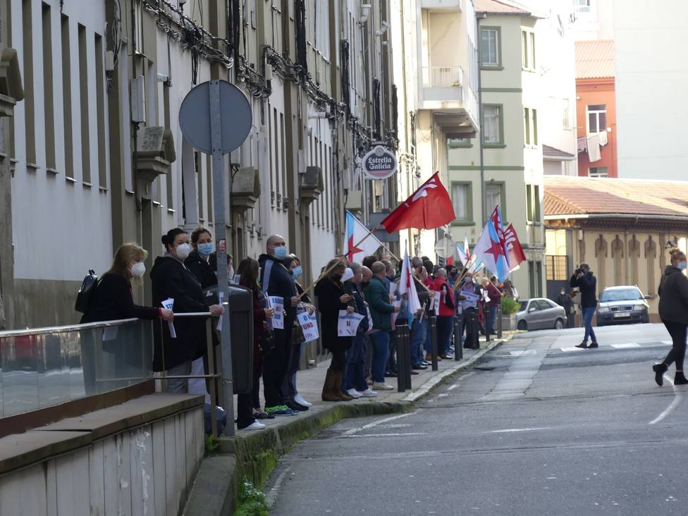 Los manifestantes se colocaron a lo largo de la avenida de Vigo - FOTO: CIG