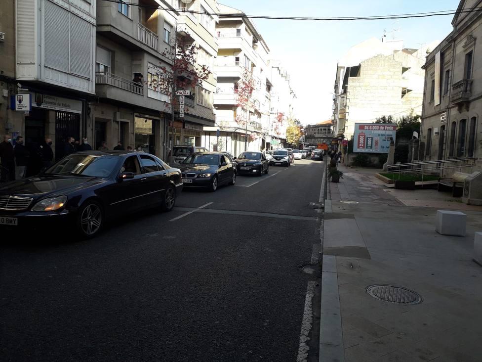 La caravana de vehículos a su paso por la Avenida de Portugal de Verín.