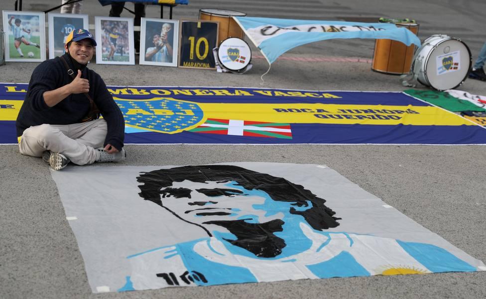 Seguidores argentinos rinden homenaje a Maradona en Bilbao