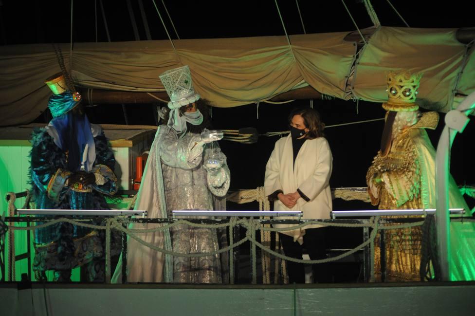 Ada Colau entrega a los Reyes Magos la llave mágica que abre todas las casas de Barcelona