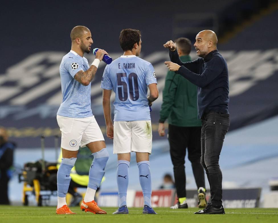 Pep Guardiola dando órdenes a Eric García y a Kyle Walker