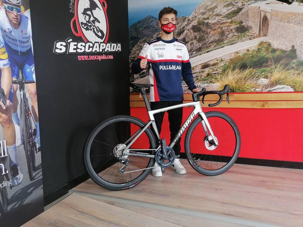 Izan Guevara posando con una bicicleta en SEsCapada Bikes
