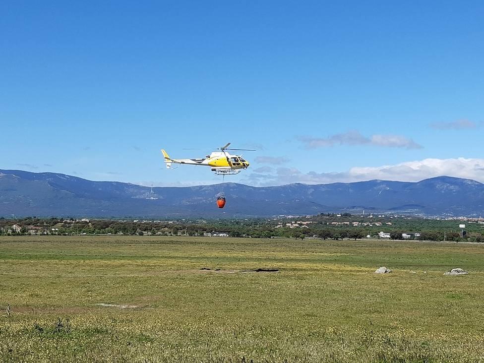 Un helicóptero realiza un simulacro de extinción de incendio en la Dehesa de Collado Villalba