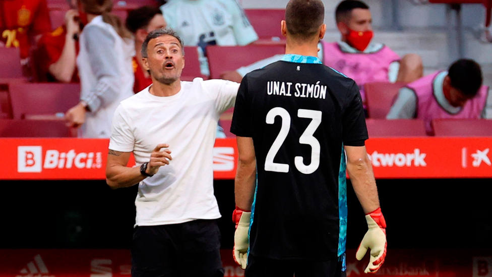 Unai Simón, junto a Luis Enrique durante el amistoso entre España y Portugal. EFE