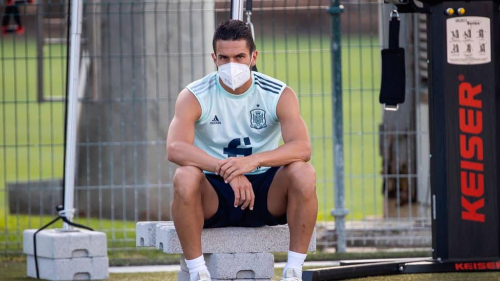 Koke Resurrección, con mascarilla, durante un entrenamiento en Las Rozas con la Selección Española