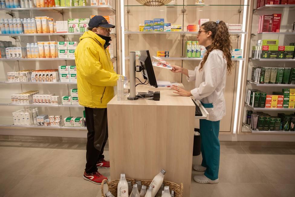 ctv-uau-un-hombre-acude-a-una-farmacia-en-una-imagen-de-archivo