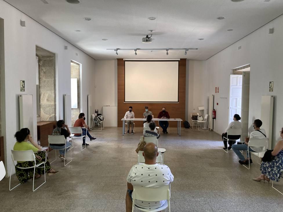 El concejal se reunió con los voluntarios en el Antiguo Hospicio. FOTO: Concello de Ferrol