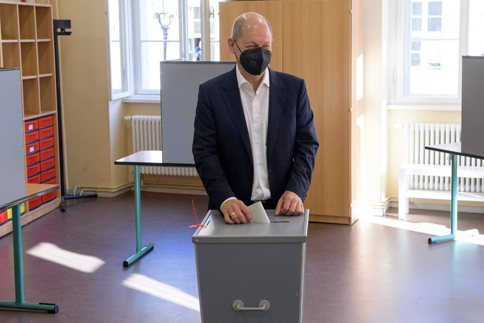 SPD chancellor candidate Scholz casts his vote in general election