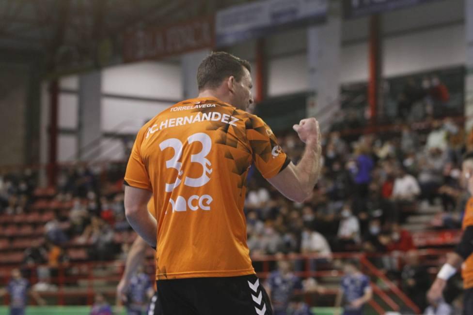 El capitán del Bathco BM. Torrelavega, José Carlos Hernández, celebra un gol. Foto: Luis Palomeque