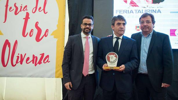 El alcalde de Olivenza, Manuel José González Andrade, junto al ganadero Victorino Martín y a Guillermo Fernández Vara, presidente de Extremadura