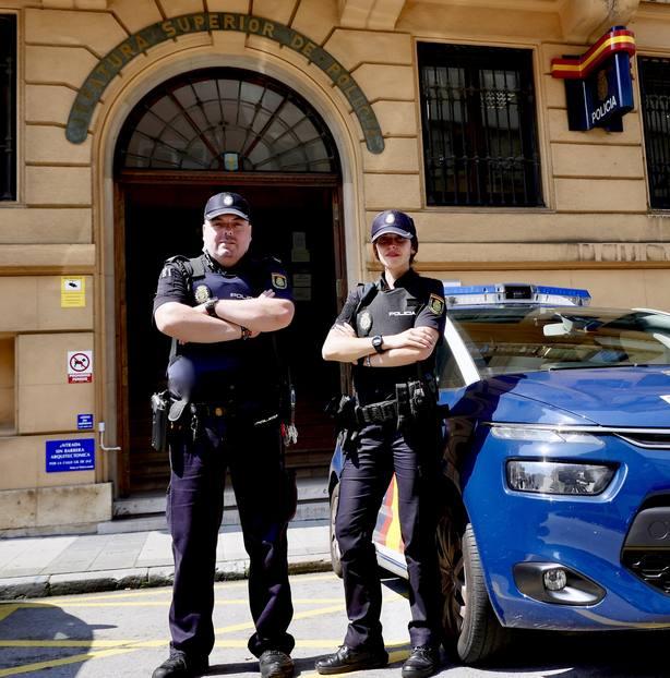 """Agentes de la Policía Nacional evitan """"in extremis"""" la muerte de una persona en Oviedo"""