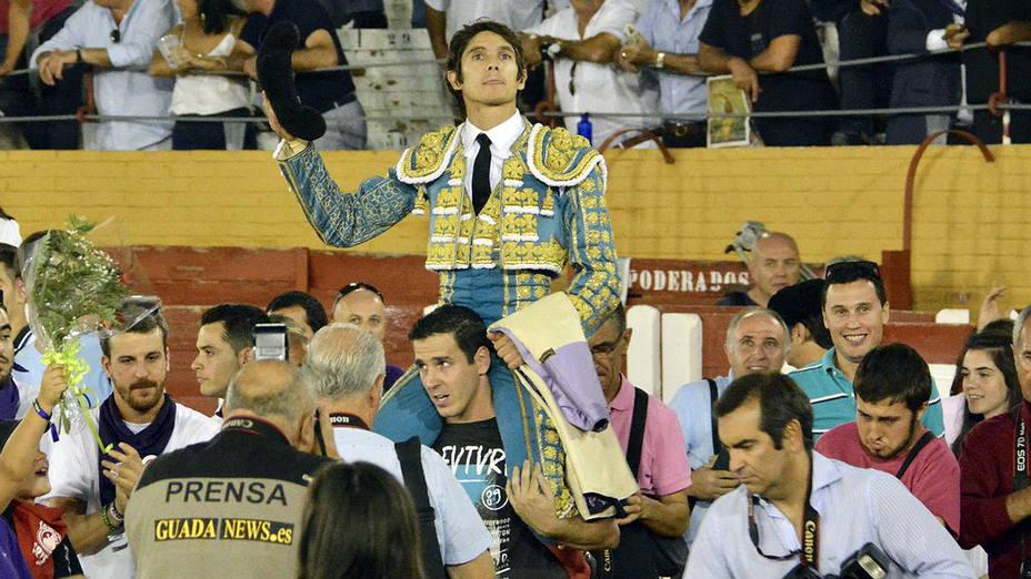 Sebastián Castella en su salida a hombros este viernes en Guadalajara
