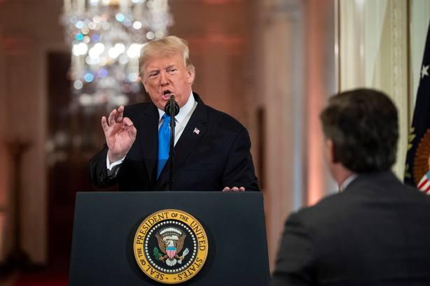 La Casa Blanca retira la acreditación a un periodista tras una discusión con Trump
