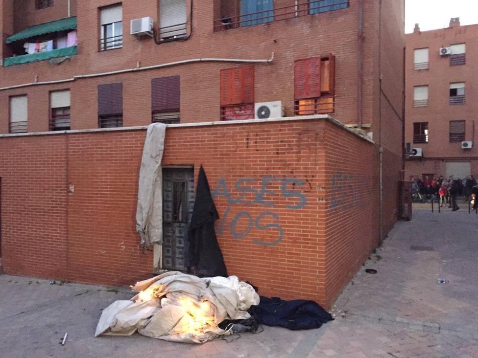 Disturbios en Vallecas (Madrid) con fuego y lanzamiento de objetos frente a la casa del presunto asesino de un vecino