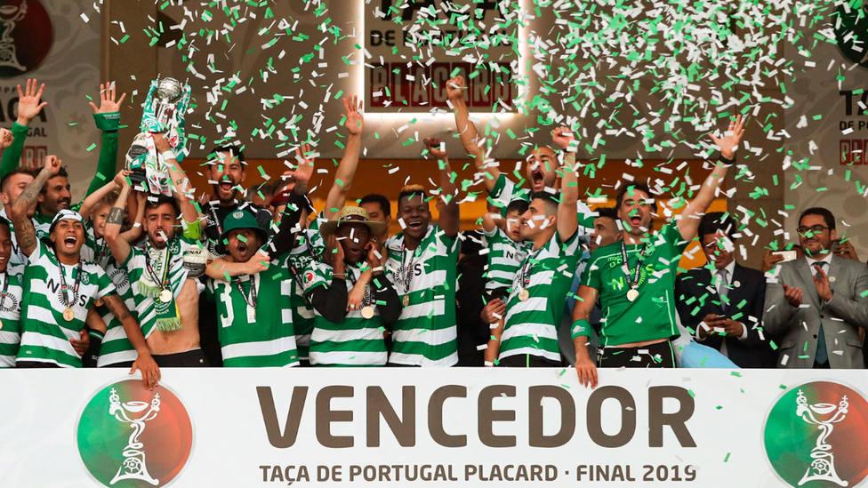 El Sporting celebra el título de Copa ante el Oporto. EFE