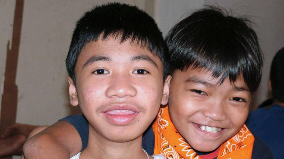 Darwin Ramos, a la izquierda, con otro niño acogido en su centro de ANAK-TnK.
