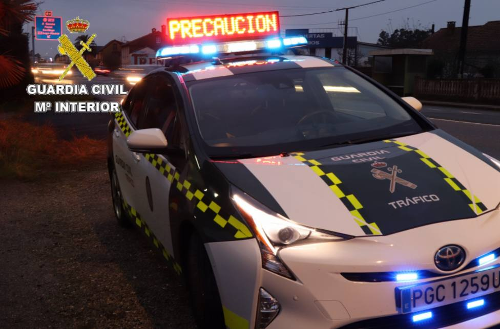 Un vehículo de la Guarcia Civil de Tráfico durante un control - FOTO: Guardia Civi