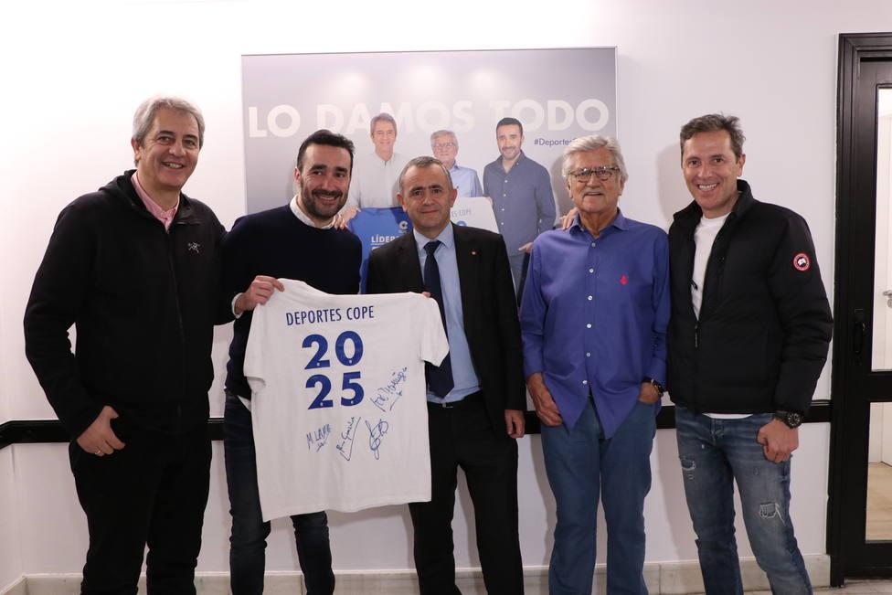 Esta es la camiseta firmada por Paco, Pepe, Lama y Juanma que puedes ganar