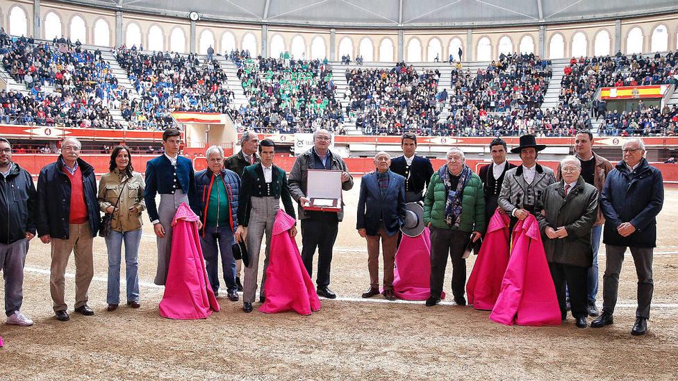 Los actuantes en el festival de Aranda junto a varios miembros de la Sociedad Española de Cirugía Taurina