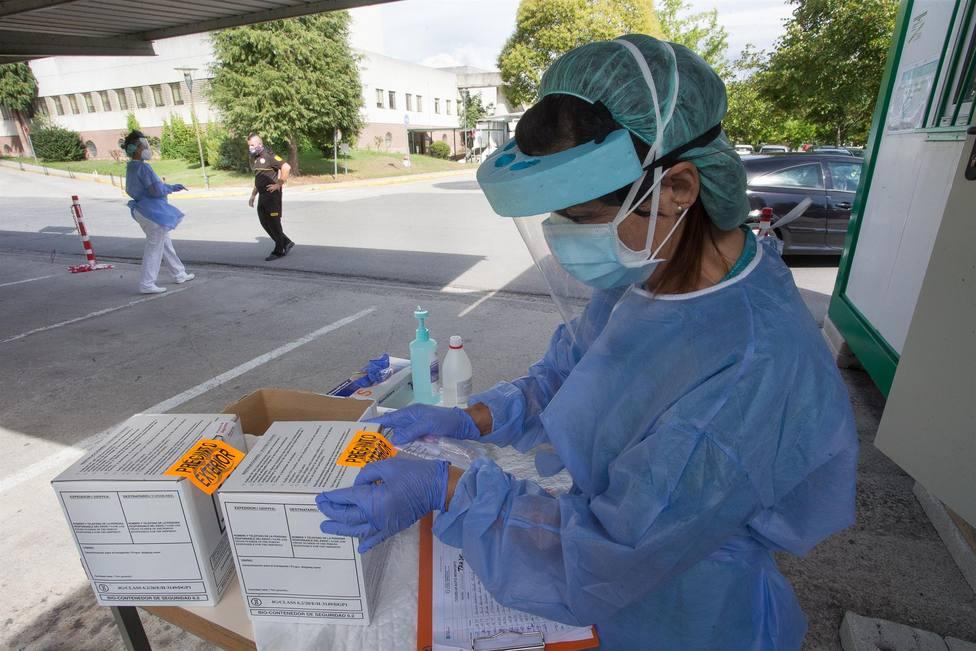 Una sanitaria prepara pruebas PCR - FOTO: Europa Press / Carlos Castro