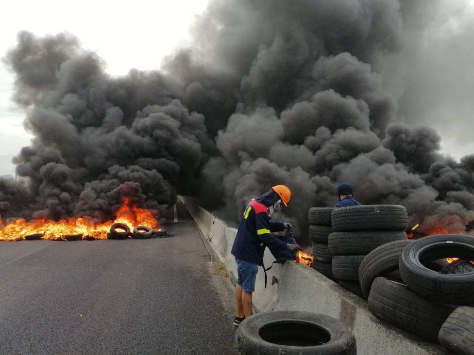 Trabajadores de Alcoa cortan la A-8 con barricadas para pedir la venta de la planta a Liberty