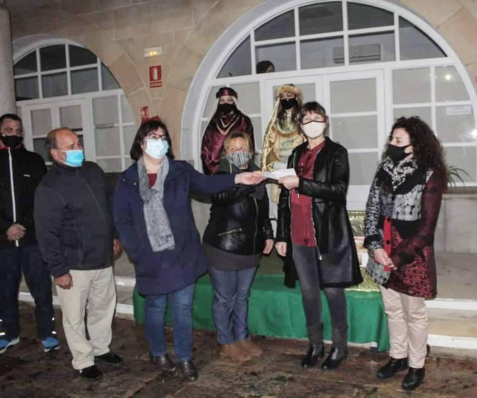 El Centro de Cultura y el grupo Siempre Salón hacen unadonación a los Servicios Sociales del Ayuntamiento