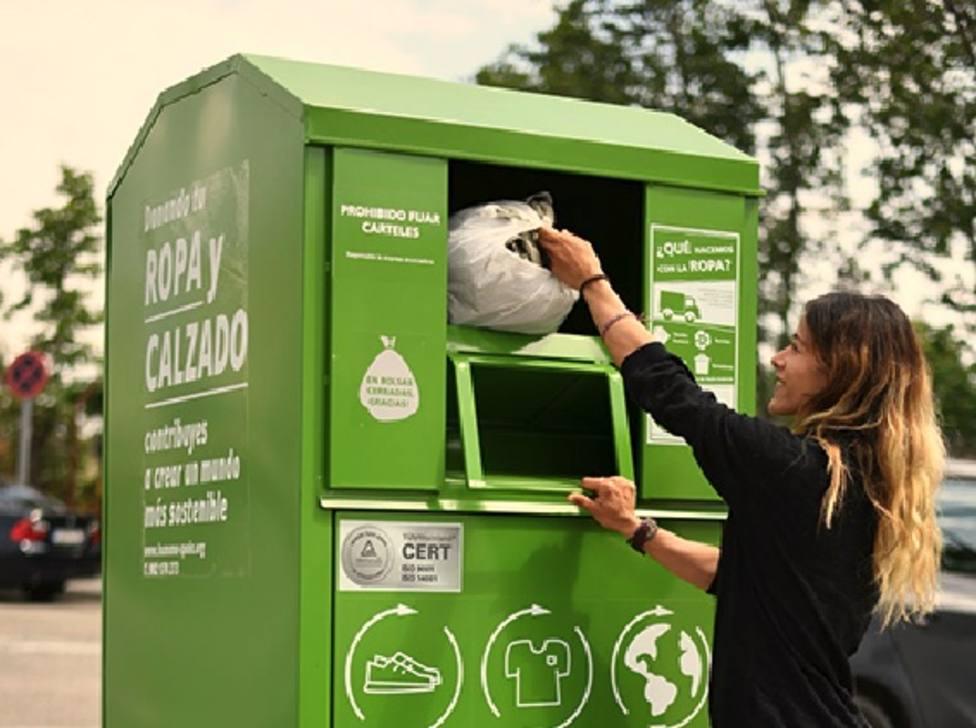 Las prendas depositadas en los colectores de Humana se destinan en un 53% a la reutilización