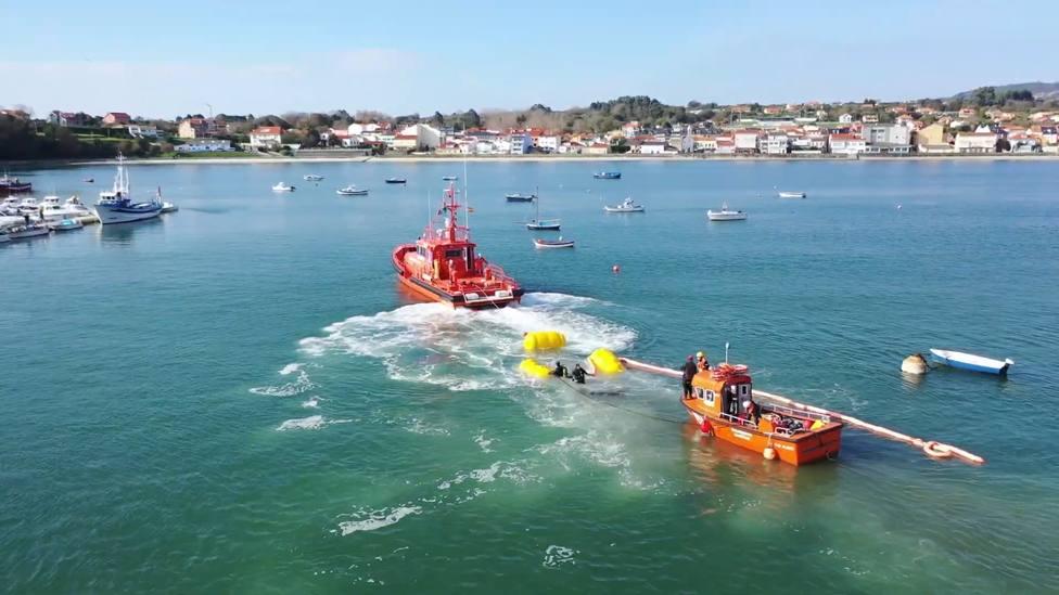 Para suspender el casco se utilizaron unos flotadores - FOTO: Salvamento Marítimo