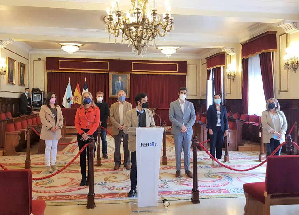Integrantes del grupo municipal del PP con su portavoz, José Manuel Rey Varela, en el centro - FOTO: PP Ferrol