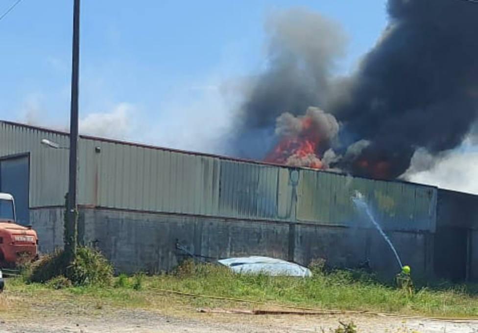 Un operario del SPEIS de Narón combatiendo el fuego - FOTO: Tráfico Ferrolterra