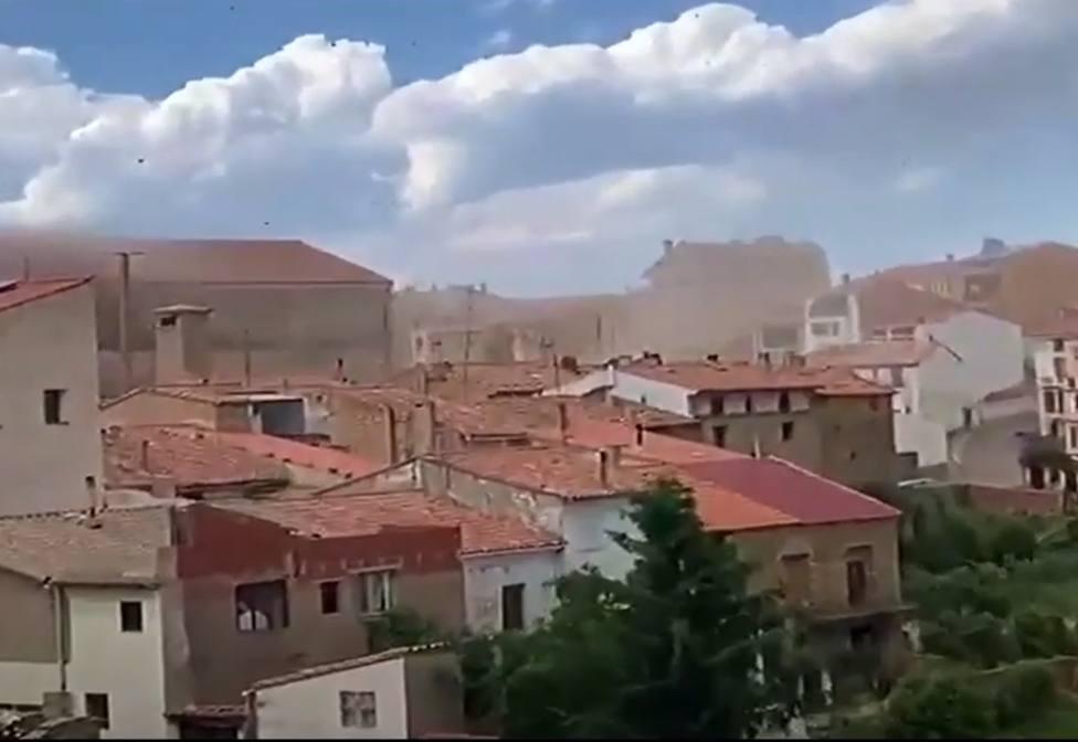 Un espectacular tornado levanta tejados en el pueblo castellonés de Vilafranca. Captura vídeo