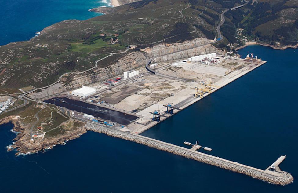 El trabajador de Endesa desarrolla su labor en el puerto exterior. FOTO: APFSC
