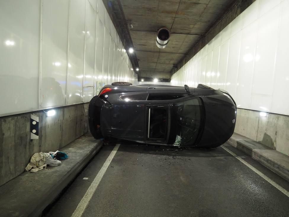 Así quedó el coche en el túnel de María Pita